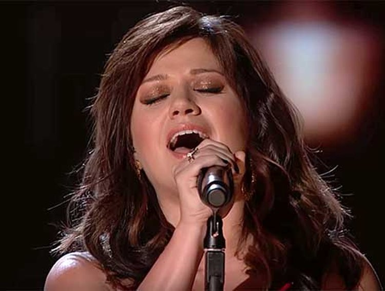 Music Friday: Kelly Clarkson Describes Herself as 'A Diamond From Black Dust' in 2012's 'Dark Side'